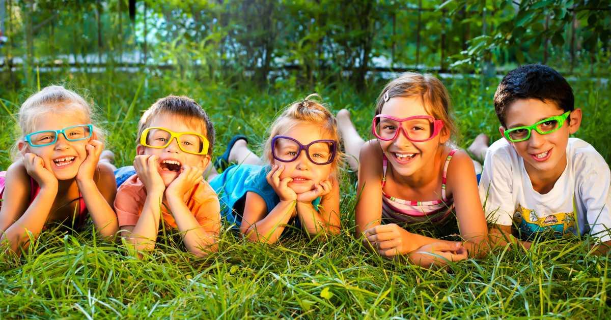 Des enfants dans l'herbe