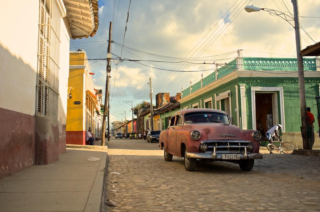 Rue avec voiture authentique de Cuba