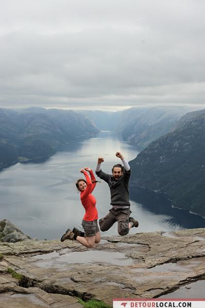 Norvège, Saut de joie après la dure randonnée sur le Preikestolen. Avec vue sur le Fjord Lyse.