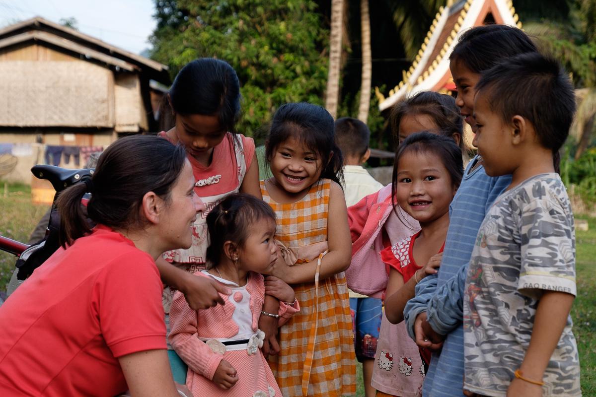 Jolie-rencontre-avec-les-enfants-au-Laos