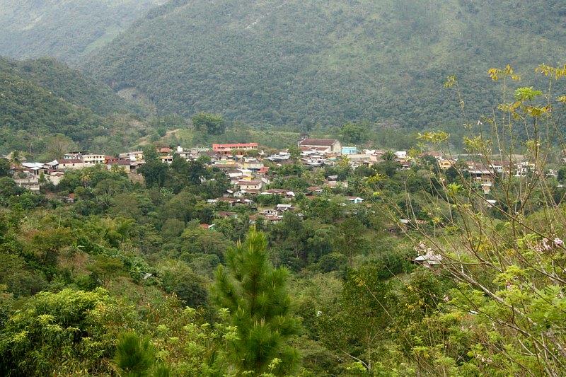 vue sur le village de lanquin au guatemala