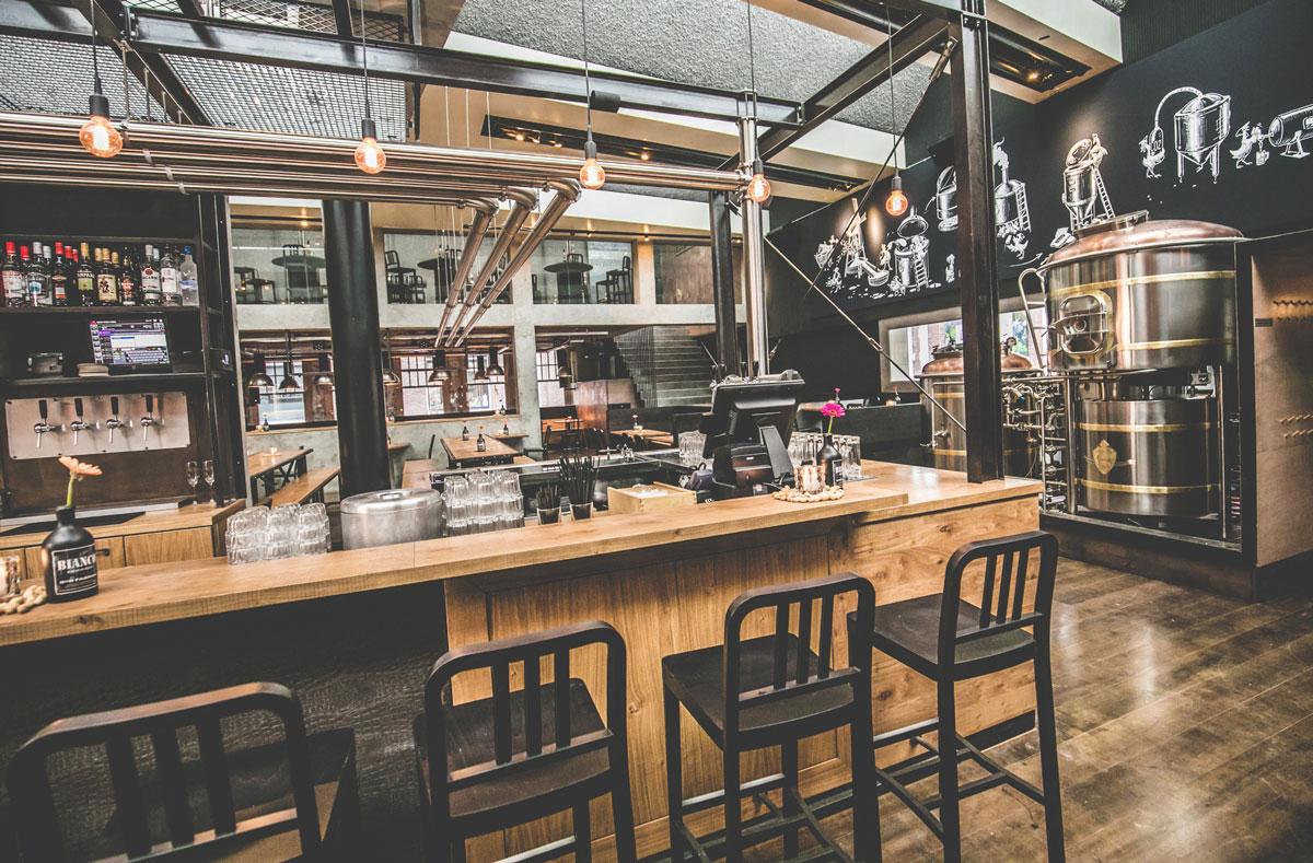 pendre une biere au Bierfabriek a Amsterdam