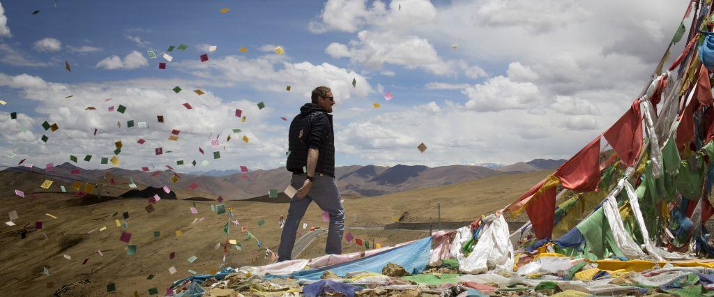 Simon Allix passe un col pendant un trek au Tibet