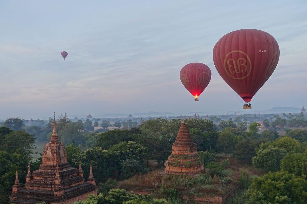 les temples de Bagan en montgolfiere
