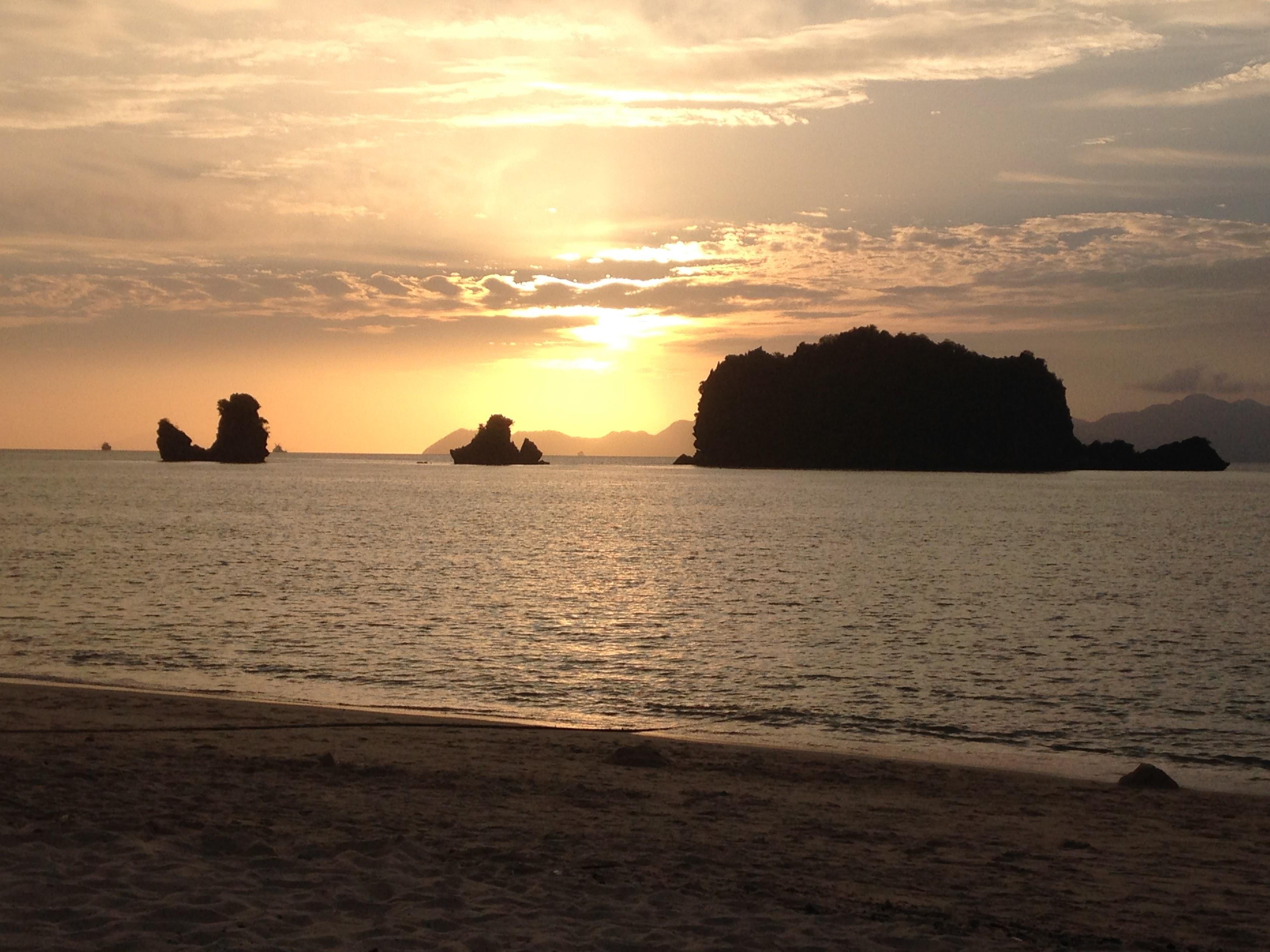 coucher du soleil sur la plage en Malaisie